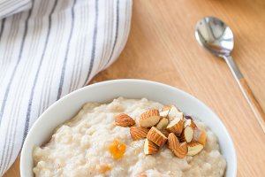 Oatmeal porridge with nuts