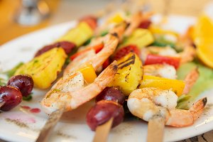 Prawns grilled with fruits