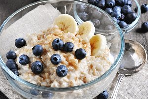 Oatmeal with banana & blueberries