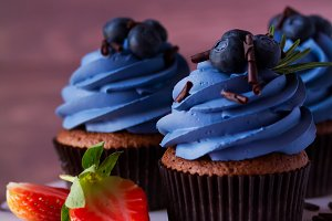 Appetizing cupcakes with blueberries