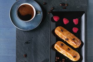 Coffe eclair with raspberries